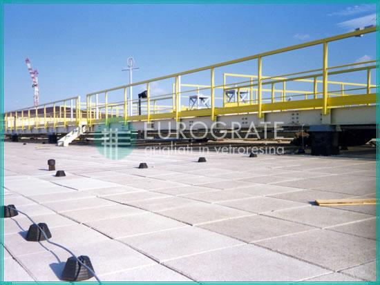 garde-corps de sécurité installés sur le toit d'un aéroport