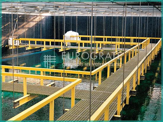 structures autoporteuses avec caillebotis et garde-corps de protection pour le passage des visiteurs dans un aquarium