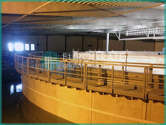 passerelles avec caillebotis et garde-corps de protection installés dans un réservoir dans l'industrie de la pêche