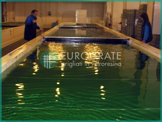 passerelles en caillebotis immergées dans l'eau pour le secteur de la pêche