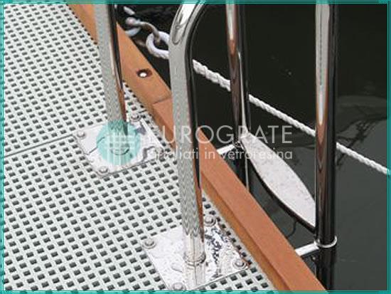 sol en caillebotis et échelles verticales pour monter et descendre d'une embarcation amarrée dans un port