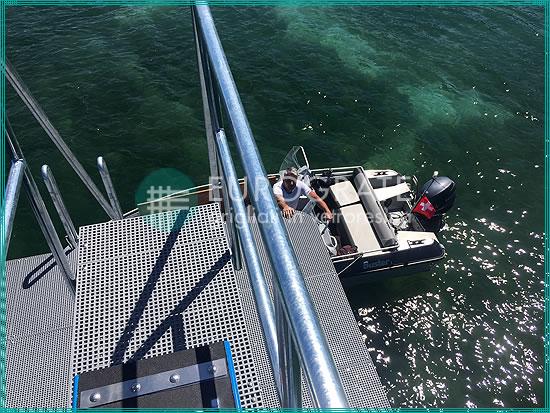échelles verticales et passerelles en caillebotis pour faciliter la montée et la descente d'un bateau en toute sécurité