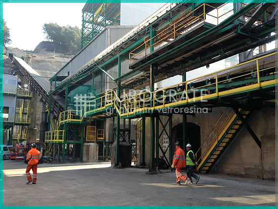 marches en caillebotis pour échelles verticales fixes dans une installation d'extraction
