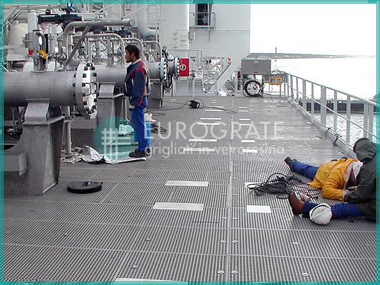 garde-corps PRV et caillebotis pour la protection des ouvriers sur un navire