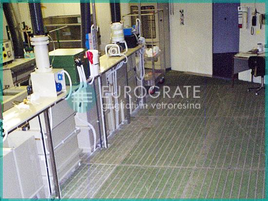 sols sûrs réalisés avec des caillebotis en PRV pour le secteur galvanique