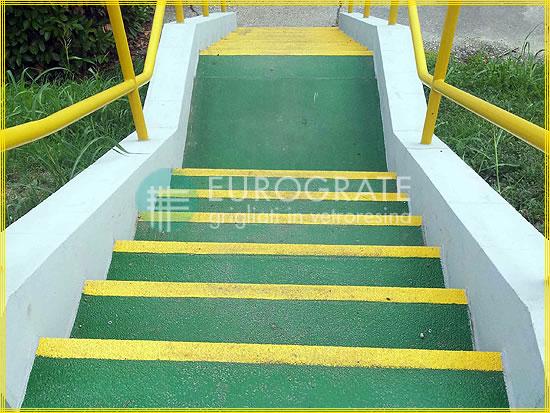 Les escaliers en ciment recouverts de couvre-marches en fibre de verre éliminent le risque de glissage des personnes