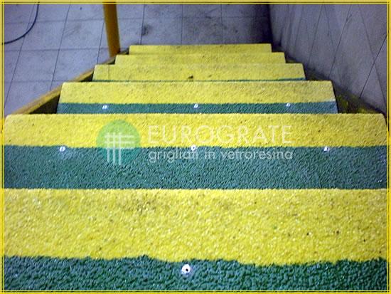 Les couleurs verte et jaune des couvre-marches améliorent la visibilité des marches en cas d'éclairage faible