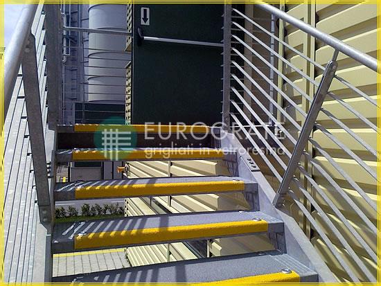 Couvre-marches en PRV appliqués sur des escaliers en métal