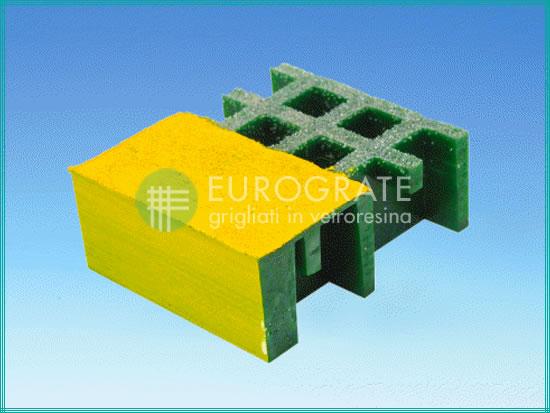 La maille des marches de couleur verte et jaune