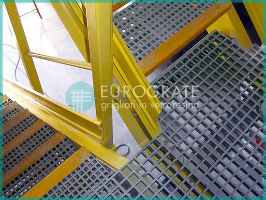 Marches en PRV appliquées sur des escaliers en métal